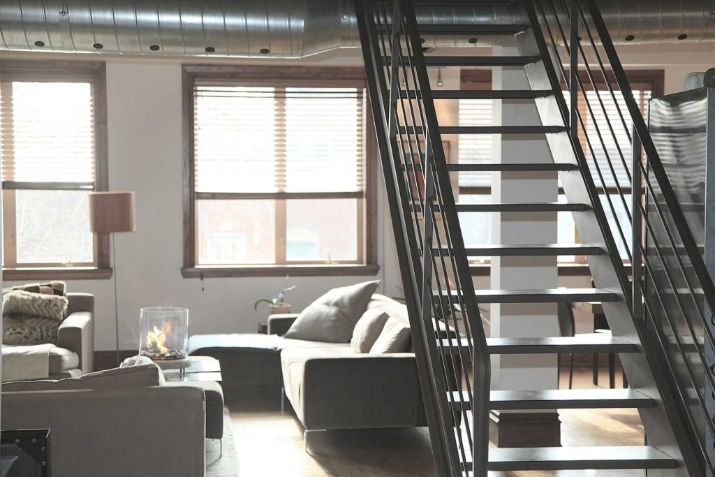 immobilie innenraum wohnung loft treppe hell
